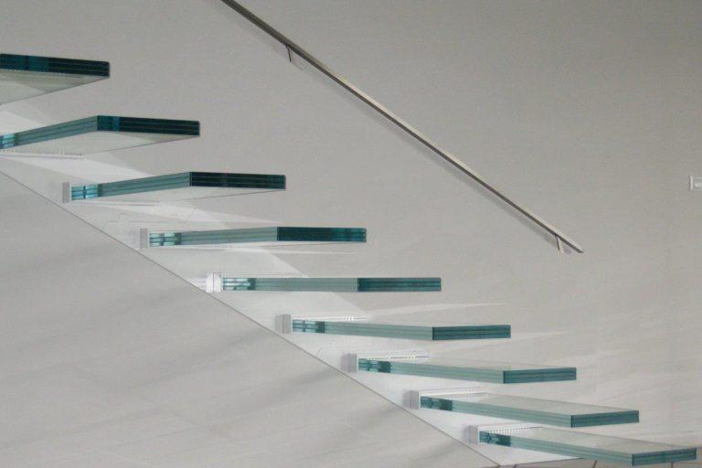 Scale a Sbalzo in Vetro Forti Leggere e Luminose per una Progettazione Senza Limiti